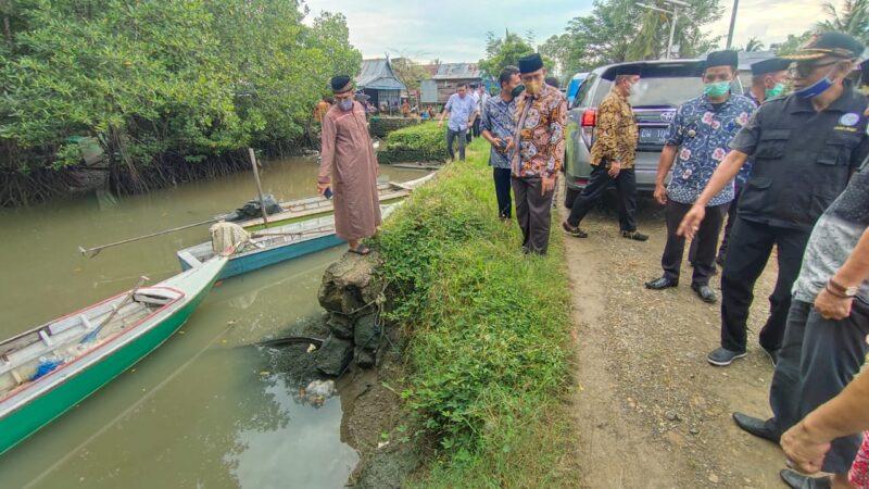 Bupati Wajo H. Amran Mahmud didamping sejumlah OPD berkunjung ke Dusun Bakke'e, Desa Alesilurung, Kecamatan Pitumpanua, Kabupaten Wajo, Sulawesi Selatan. selain untuk bersilaturahmi, juga menindaklanjuti aspirasi tokoh masyarakat dari Kecamatan Pitumpanua dan Kecamatan Keera, Jumat 30 Juli 2021.