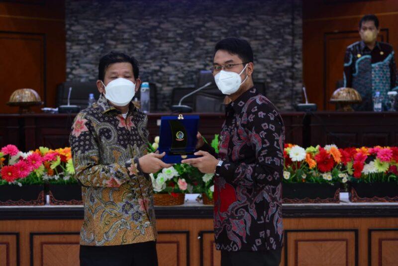 Bupati Sinjai Andi Seto Asapa menerima cendera mata dari Ketua Pansus DPRD Sulsel H Azhar Arsyad