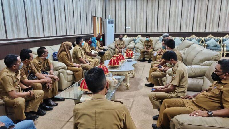 Bupati Wajo H. Amran Mahmud mengahdiri pertemuan DLHD Wajo dengan Pemerintah dan lurah se Kecamatan Tempe dalam rangka kebersihan dan penataan Kota Sengkang ruang tamu Bupati Wajo Selasa, 14 September 2021