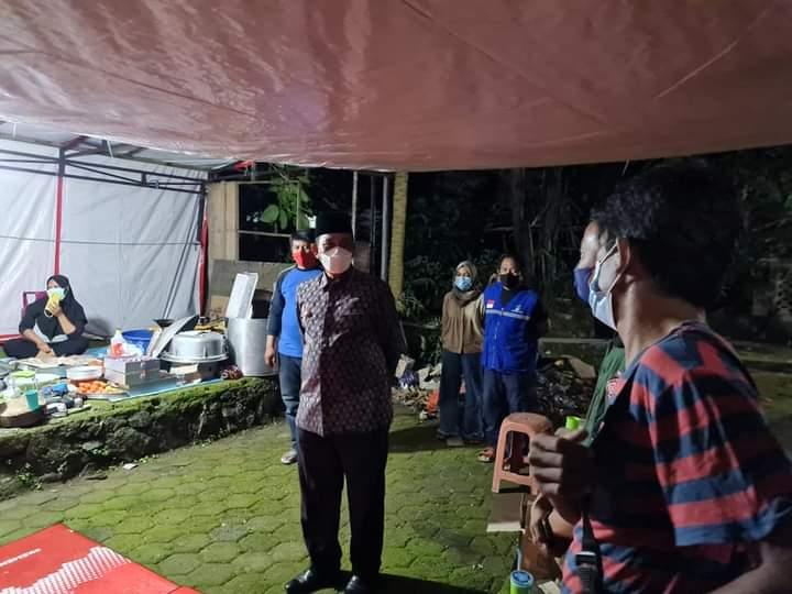 Tengah Malam, Bupati Wajo H. Amran Mahmud meninjau dan cek dapur umum lokasi pengungsian akibat banjir