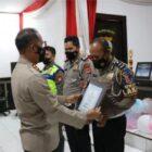 Kapolre Jeneponto AKBP Yudha Kesit Dwijayanto menyerahkan penghargaan kepada personil Satlantas yang berprestasi