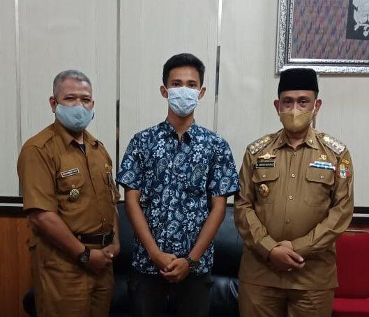 Mahasiswa Wajo Hermansyah bersilaturahmi dan  berpose bersama Bupati Wajo H. Amran Mahmud