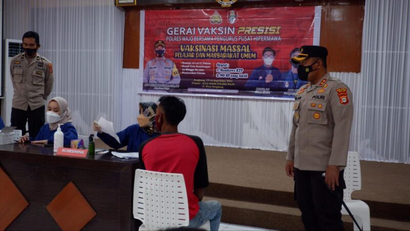 Kapolres Wajo AKBP Muhammad Islam tinjau pelaksanaaan gerai vaksin Presisi yang digelar Polres Wajo bersama Pengurus Pusat Hipermawa di Aula Sandi Mapolres Wajo