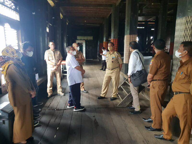 Bupati Wajo, H. H. Amran Mahmud, telah menerima audiensi dan meninjau langsung kondisi rumah adat Atakkae bersama tenaga ahli Dapil Andi Iwan Darmawan Aras (AIA), Sultan Tajang dan Kepala Balai Prasarana Permukiman Wilayah Sulsel, Ahmad Asiri, Senin (13/9/2021).