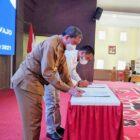 Bupati Wajo, Amran Mahmud bersama Kepala Cabang Perum Bulog Subdivre Wajo, Lutfi Said menandatangani nota kesepakatan atau Memorandum of Understanding (MoU) terkait Pengadaan beras bagi Aparatur Sipil Negara (ASN) di Ruang Pola Kantor Bupati, Senin (18/10/2021).