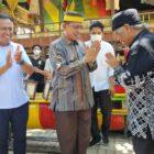Suasana Keakraban Bupati Wajo Amran Mahmud dan Syamsari Kitta pada kunjungan balasan Pemerintah Kabupaten Wajo ke Takalar. Pada kesempatan itu Amran Mahmud Dihadiahkan
